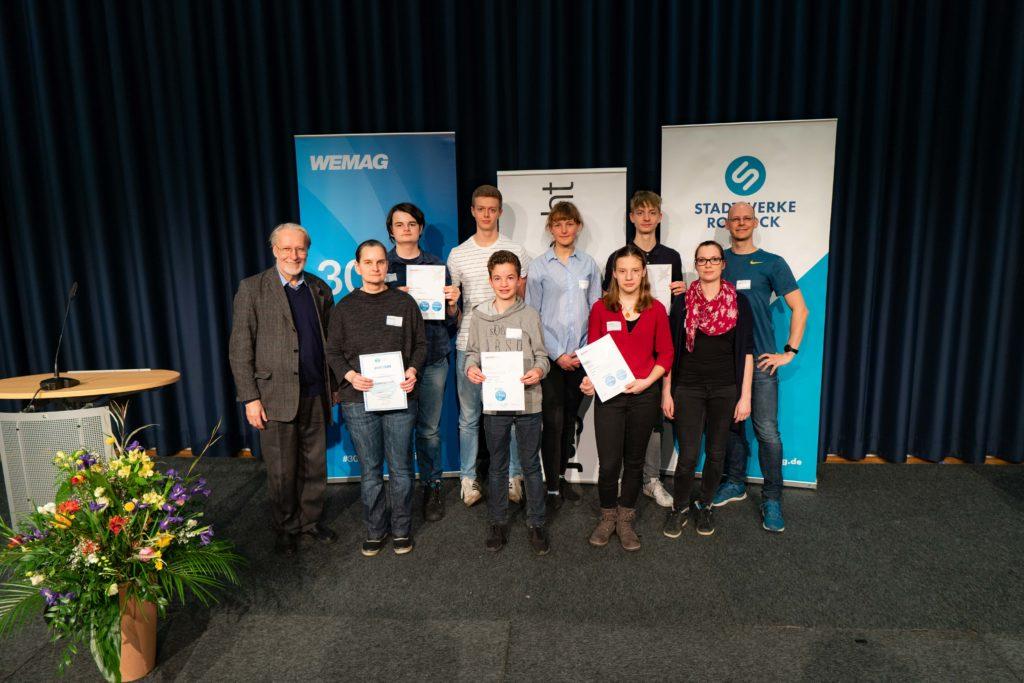 Die Preisträger zusammen mit dem Betreuer-Team des Mikro-MINT Schülerforschungszentrums Rostock, Thomas Borowitz und Lisa-Madeleine Sklarz rechts und Prof. Dieter Weiss links.